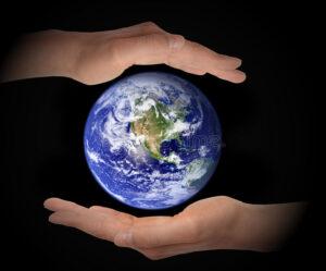 gloeiende-aardebol-handen-op-zwarte-achtergrond-milieuconcept-elementen-van-dit-die-beeld-door-nasa-wordt-geleverd-93325076